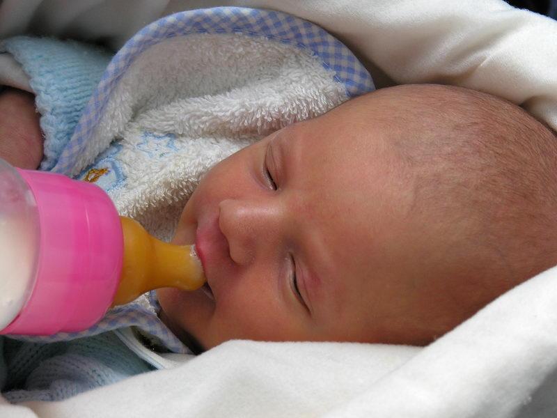 succión del bebé y alimentación del bebé con biberón